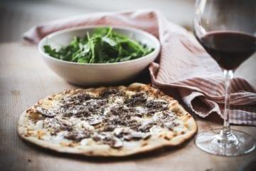 Opskrift på trøffelpizza med 3 slags ost