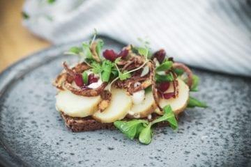 Opskrift på den bedste kartoffelmad med hjemmelavede ristede løg