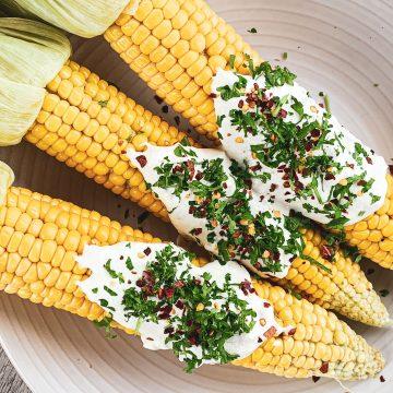 Grillet majskolber - Opskrift med frisk dressing og feta