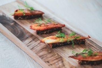 Opskrift på en fantastisk appetizer, - sprødstegt bakskuld på smørristet rugbrød