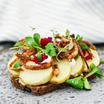 Kartoffelmad - Opskrift med hjemmelavede ristede løg
