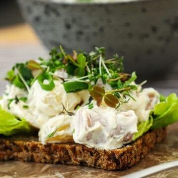 Wienersalat - Opskrift på wienersalat med pølser og kartofler