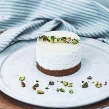 Opskrift på cheesecake med hindbær, lime og pistacie