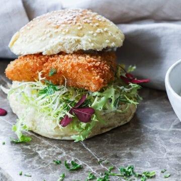 Fiskeburger med tatarsauce - Opskrift på hjemmelavet fiskeburger
