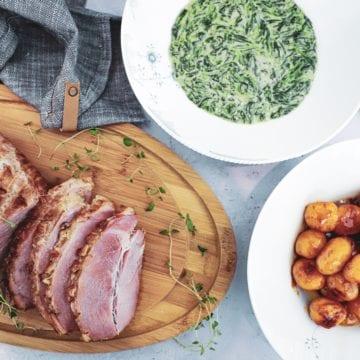 Glaseret landskinke med stuvet spinat og brunede kartofler