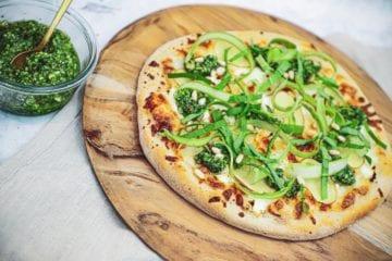 Opskrift på Pizza bianco med kartofler, pesto og sprøde asparges
