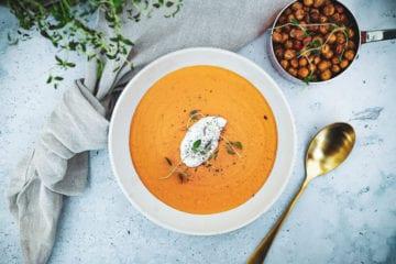 Opskrift på en lækker cremet Sød kartoffel suppe med bagte peberfrugter og røde linser