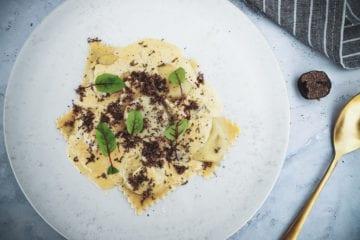 Opskrift på Ravioli med spinat og svampe og cremet flødesauce