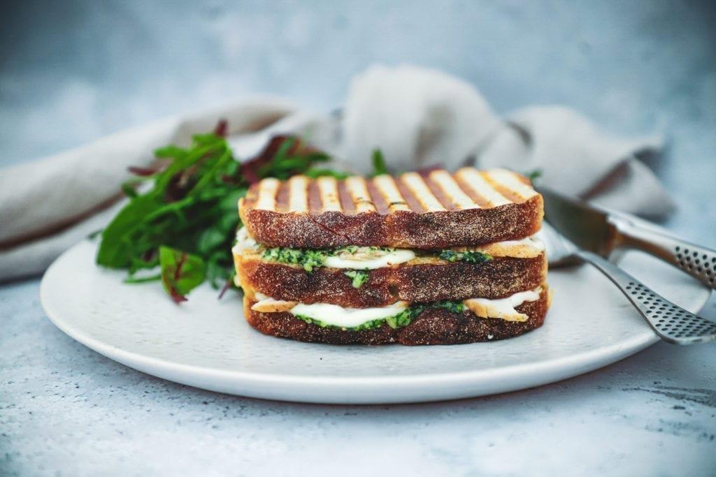 Opskrift på grillet sandwich med kylling, mozzarella og hjemmelavet pesto