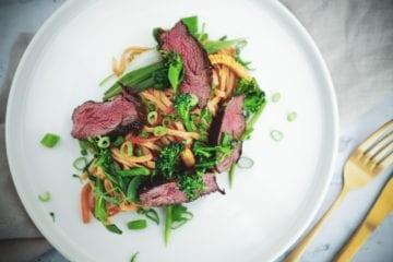 Opskrift på asiatisk wok med nudler og oksekød
