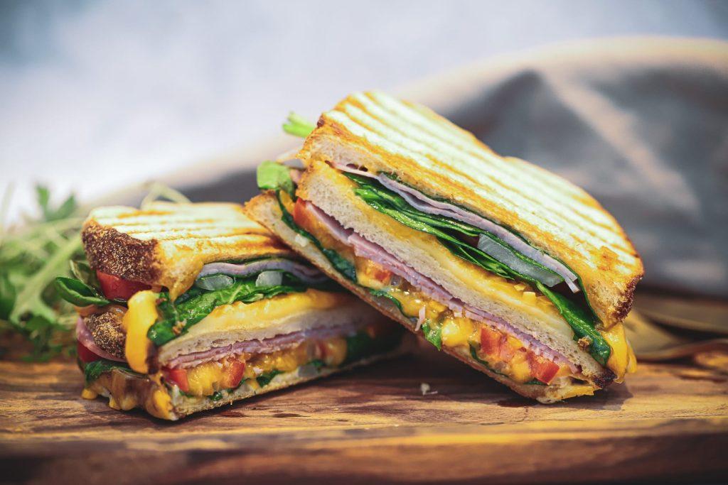 Opskrift på Grillet sandwich med skinke, ost og grøntsager