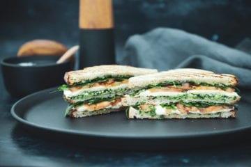 Opskrift på grillet sandwich med hjemmelavet pesto, tomat og mozzarella