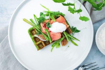 Opskrift på spinat vafler med laks, asparges og frisk dressing
