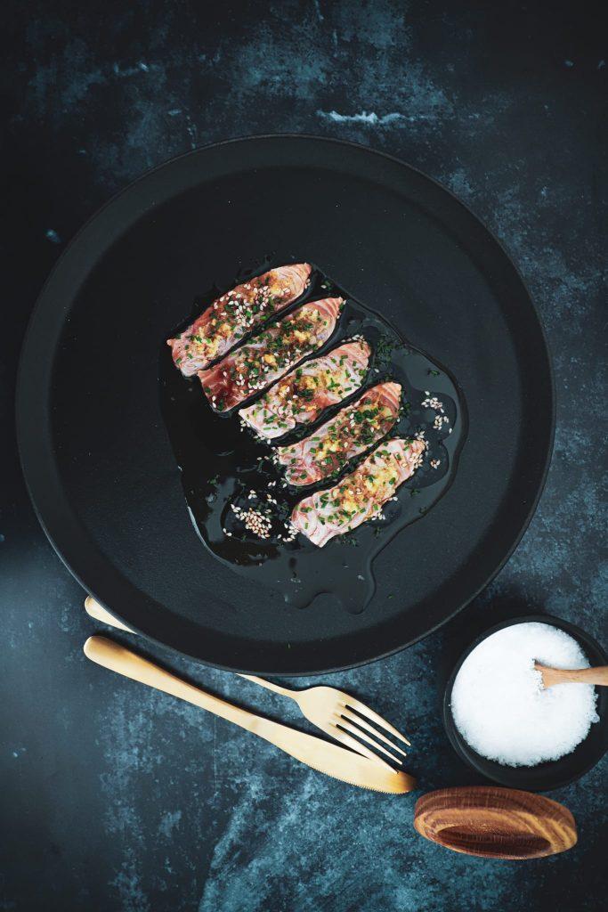 Lakse sashimi med med frisk ingefær, hvidløg og sesamolie