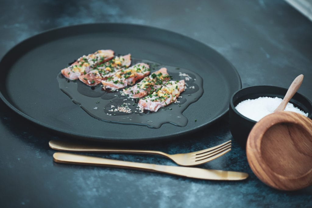 Opskrift på lakse sashimi med med frisk ingefær, hvidløg og sesamolie