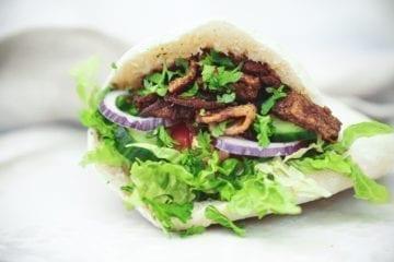 Opskrift på hjemmelavet kebab i friskbagte pitabrød
