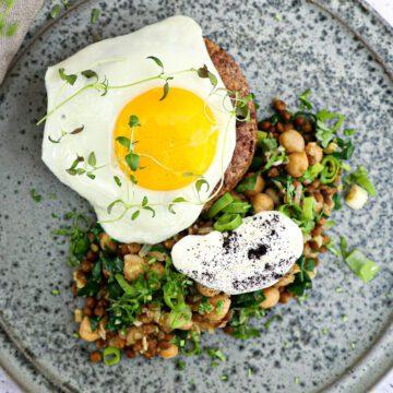 Hakkebøf - Opskrift på hakkebøf med spejlæg og lun linsesalat