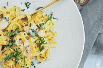 Opskrift på pasta med laks i fløde