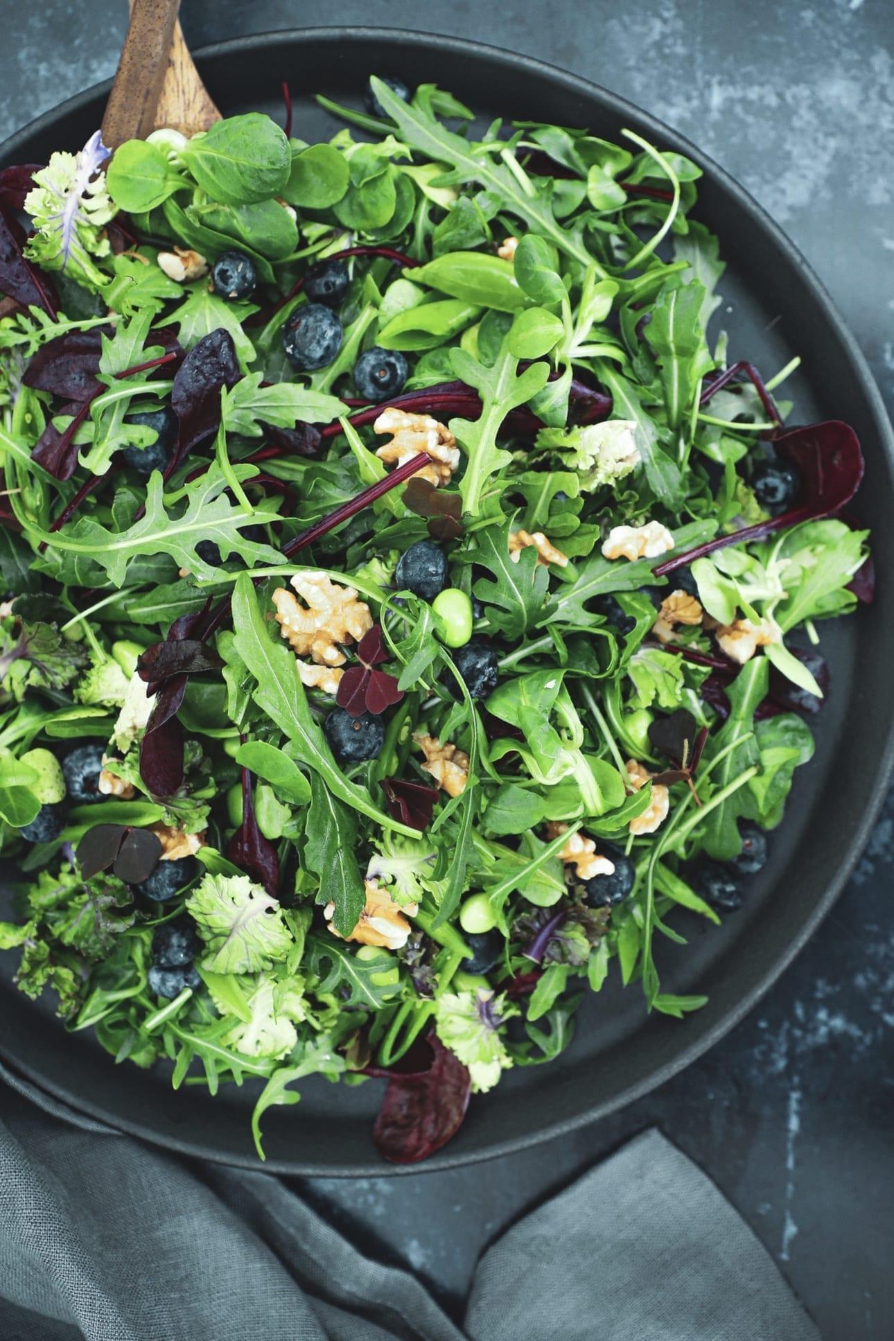 Opskrift på salat med blåbær og valnødder