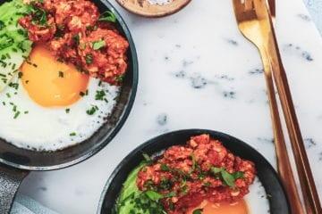 Morgenmad - Opskrift på spejlæg med kyllinge bolo og avocado