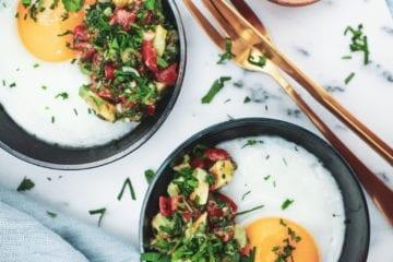Sund morgenmad - Opskrift på spejlæg med avocado-tomatsalsa