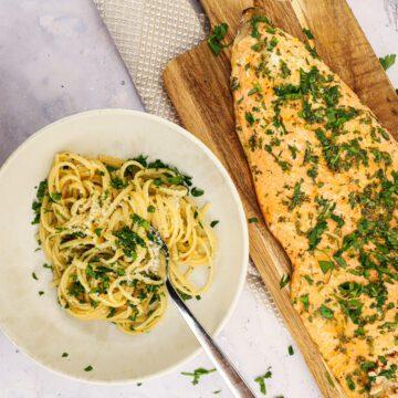 Laks med hvidløgs-chili pasta - Opskrift på nem pastaret
