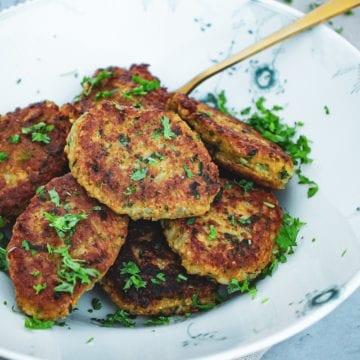 Opskrift på Sprøde risfrikadeller med grøntsager
