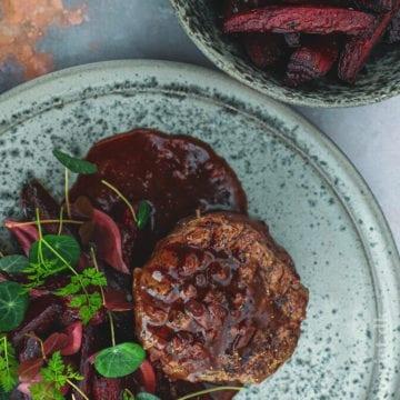 Oksemørbrad - Opskrift med bagte rødbeder og syltede løg