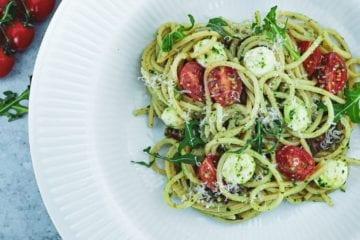 Pesto pasta - Opskrift med tomat, mozzarella og bacon
