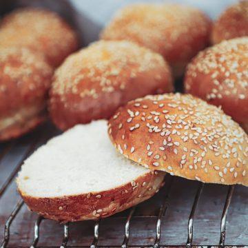 Burgerboller - Opskrift på klassiske burgerboller med sesam