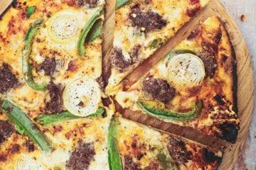 Opskrift på pizza med hakket oksekød, gorgonzola og grøn peber