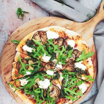 Opskrift på pizza med aubergine, ricotta og pesto - Inspiration til topping