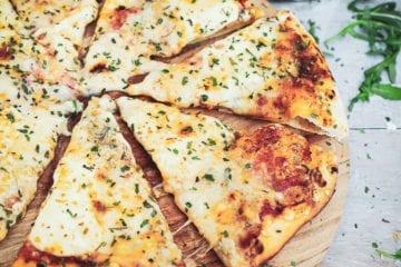 Pizza Quattro Formaggi - Opskrift på pizza med 4 slags ost