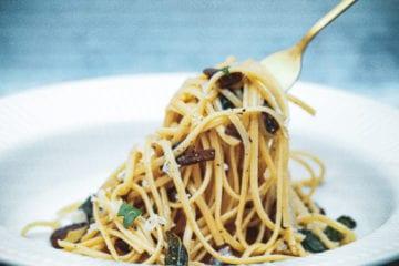 Pasta med salviesmør - Opskrift på pasta med salvie og svampe