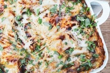 Moussaka - Opskrift på med aubergine, kartofler og oksekød