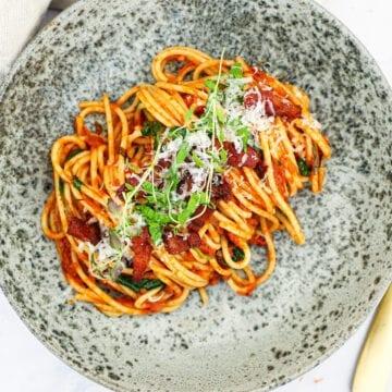 Pasta i krydret tomatsauce med bacon - Opskrift på nem pasta
