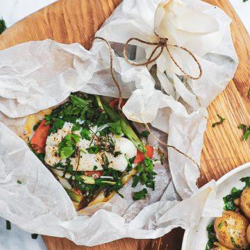Bagt torsk i pakker - Opskrift med krydderurter og grønt