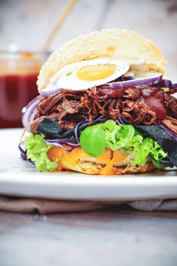 Pulled beef burger - Opskrift med barbecue og vagtel æg