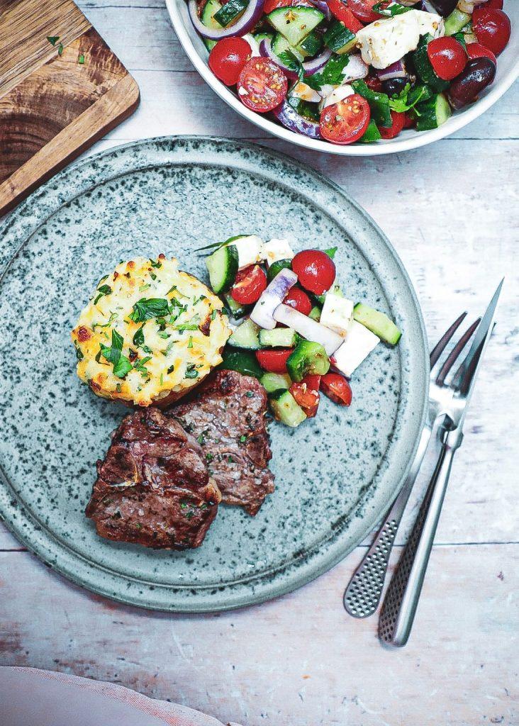 Grillet t-bone på Morsø - Opskrift på lamme t-bone med fyldte kartofler
