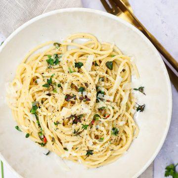 Pasta med hvidvin, hvidløg og citron - Opskrift på nem pasta