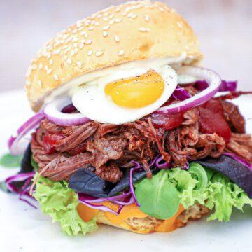 Pulled beef burger - Opskrift med barbecue og vagtelæg