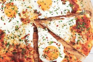 Pizza med æg og bacon - Opskrift på skøn brunch pizza
