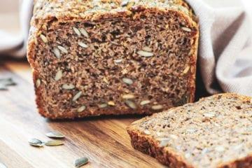 Hjemmebagt rugbrød - Opskrift med surdej og græskarkerner