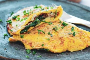 Omelet med kylling, ost og spinat - Opskrift på nem morgenmad