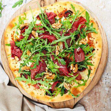 Pizza bianco - Opskrift med bresaola, mascarpone og nødder