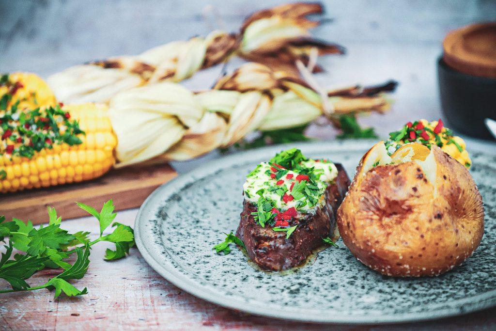 Fransk bøf - Opskrift med bagt kartoffel og grillet majs