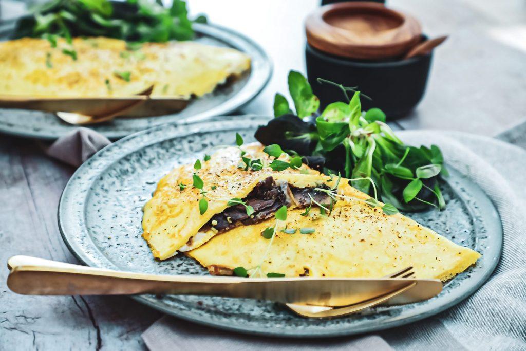 Omelet - Opskrift på omelet med oksekød, svampe og ost