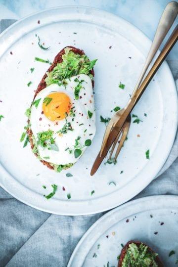 Avocado toast med spejlæg - Opskrift på nemt og sund morgenmad
