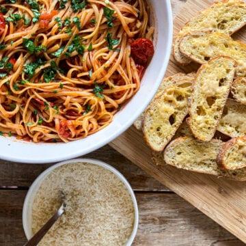 Pasta arrabiata - Opskrift på pasta med spicy tomatsauce