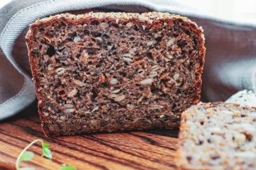 Rugbrød - Opskrift på saftigt rugbrød med surdej og gulerødder